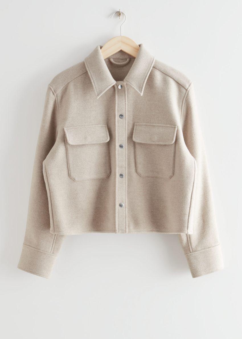 앤아더스토리즈 오버사이즈 크롭 패치 포켓 재킷의 베이지 멜란지컬러 Product입니다.