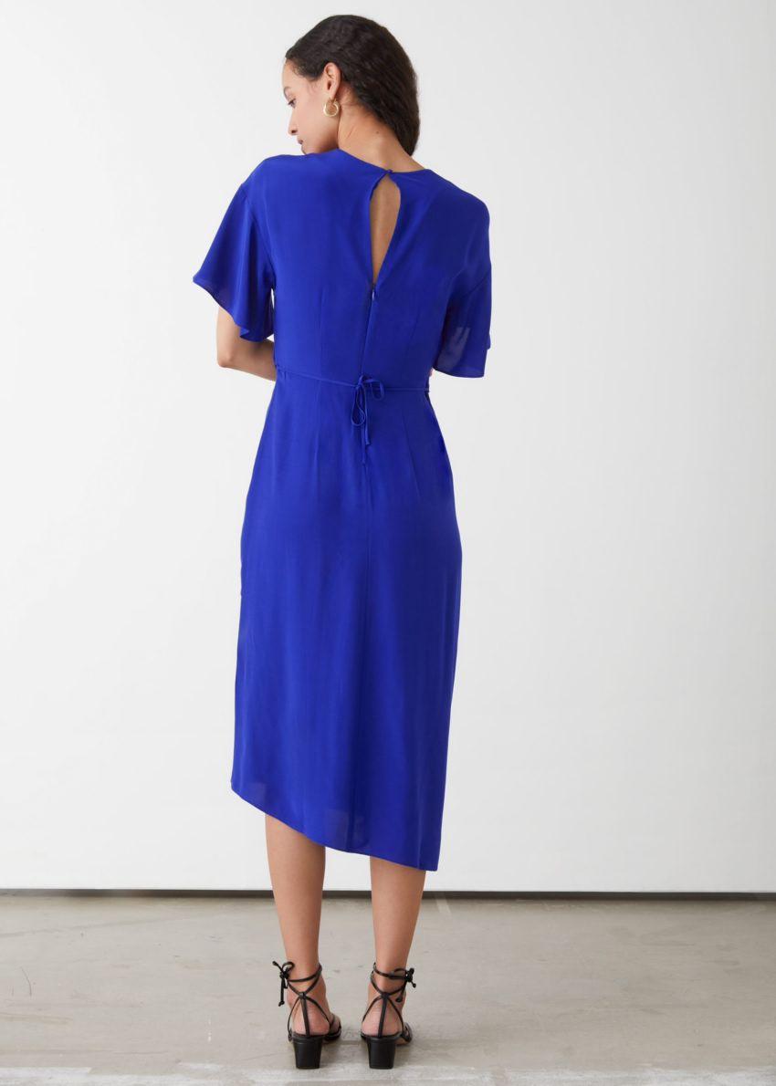 앤아더스토리즈 에이시메트릭 트위스트 디테일 미디 드레스의 블루컬러 ECOMLook입니다.