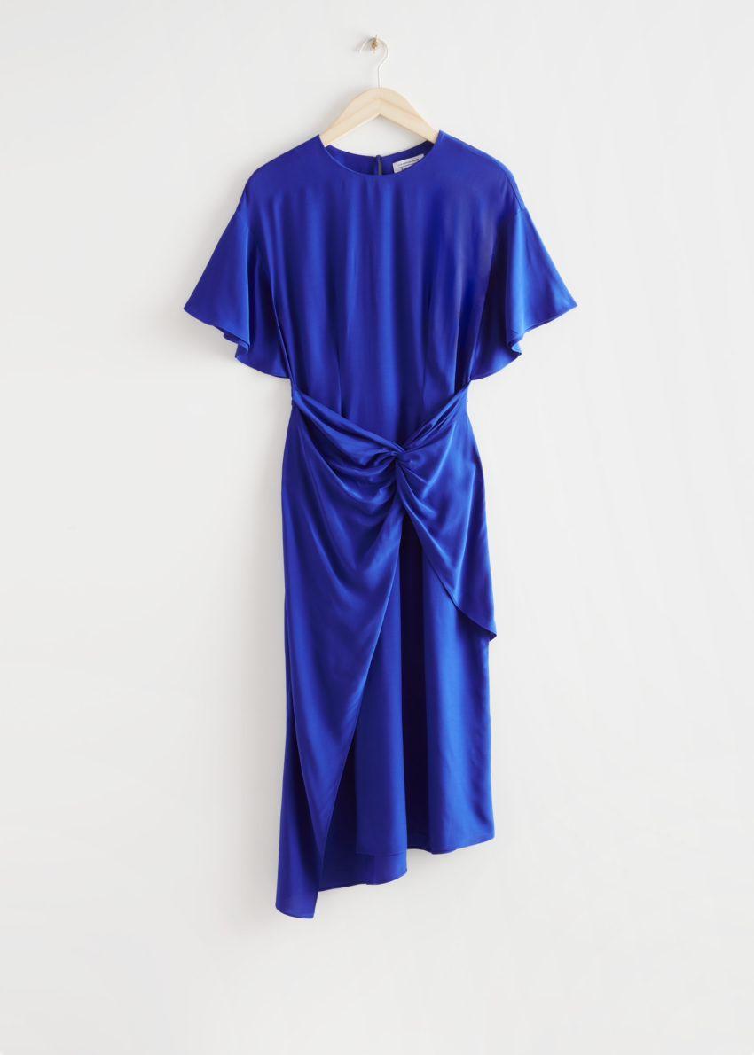 앤아더스토리즈 에이시메트릭 트위스트 디테일 미디 드레스의 블루컬러 Product입니다.