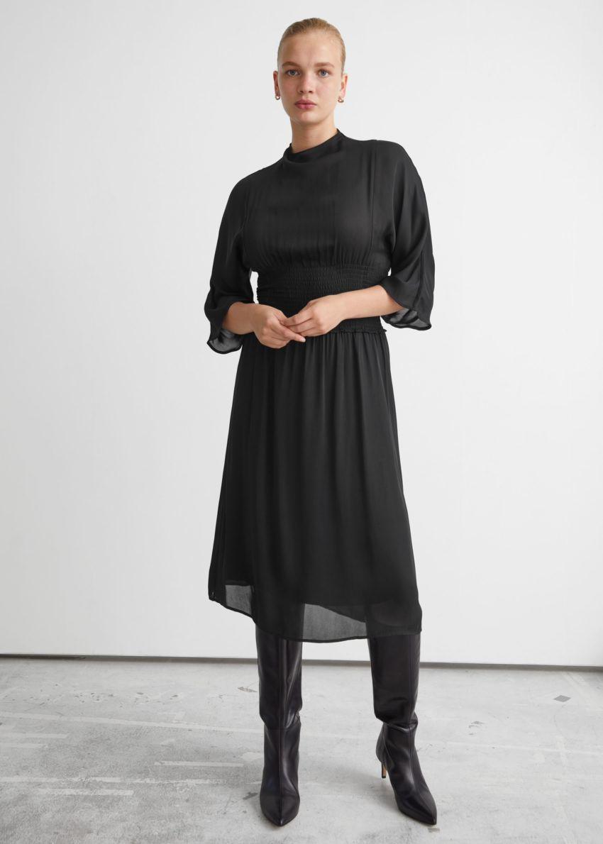 앤아더스토리즈 스모크 웨이스트 미디 드레스의 블랙컬러 ECOMLook입니다.