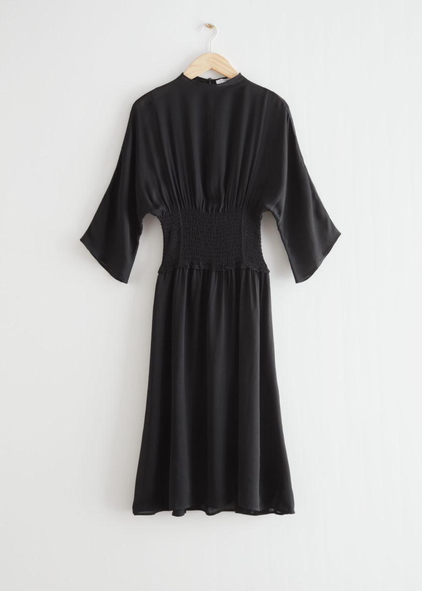 앤아더스토리즈 스모크 웨이스트 미디 드레스의 블랙컬러 Product입니다.