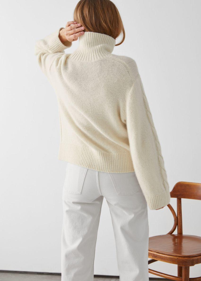 앤아더스토리즈 오버사이즈 알파카 블렌드 터틀넥 니트 스웨터의 크림컬러 ECOMLook입니다.