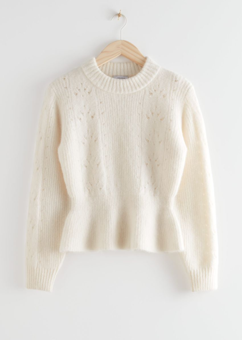 앤아더스토리즈 모크 넥 페플럼 니트 스웨터의 화이트컬러 Product입니다.