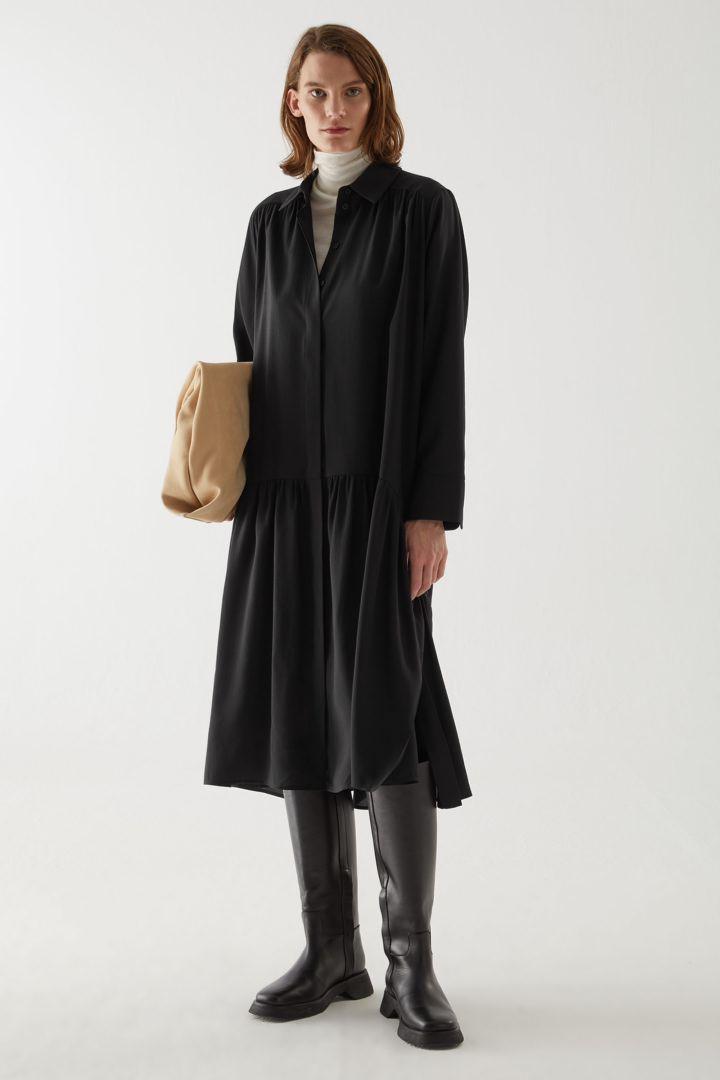 COS default image 1 of 블랙 in 티어드 맥시 셔츠 드레스
