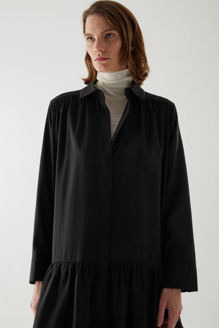 COS 티어드 미디 셔츠 드레스의 블랙컬러 ECOMLook입니다.