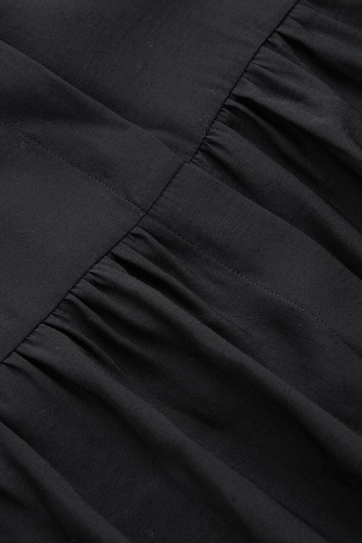 COS 티어드 미디 셔츠 드레스의 블랙컬러 Detail입니다.