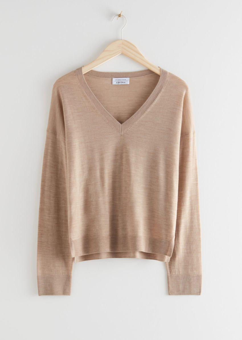 앤아더스토리즈 릴렉스드 브이넥 니트 스웨터의 베이지컬러 Product입니다.