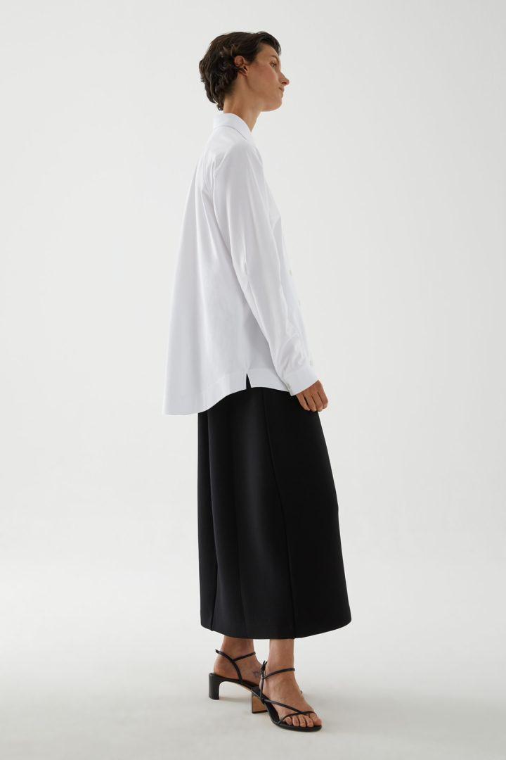 COS 플리츠 코튼 셔츠의 화이트컬러 ECOMLook입니다.