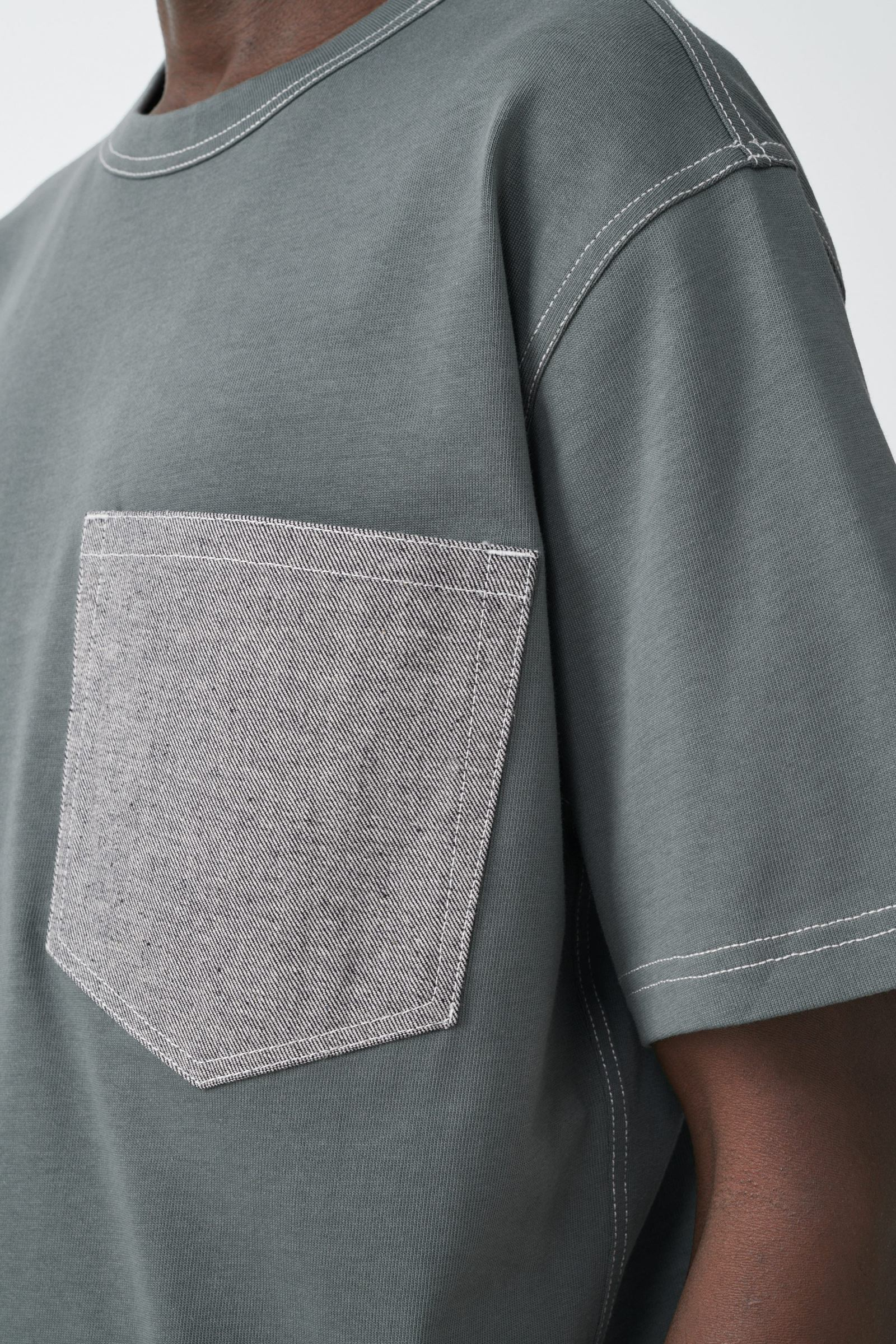 COS 데님 포켓 오가닉 코튼 티셔츠의 그린 / 그레이컬러 ECOMLook입니다.