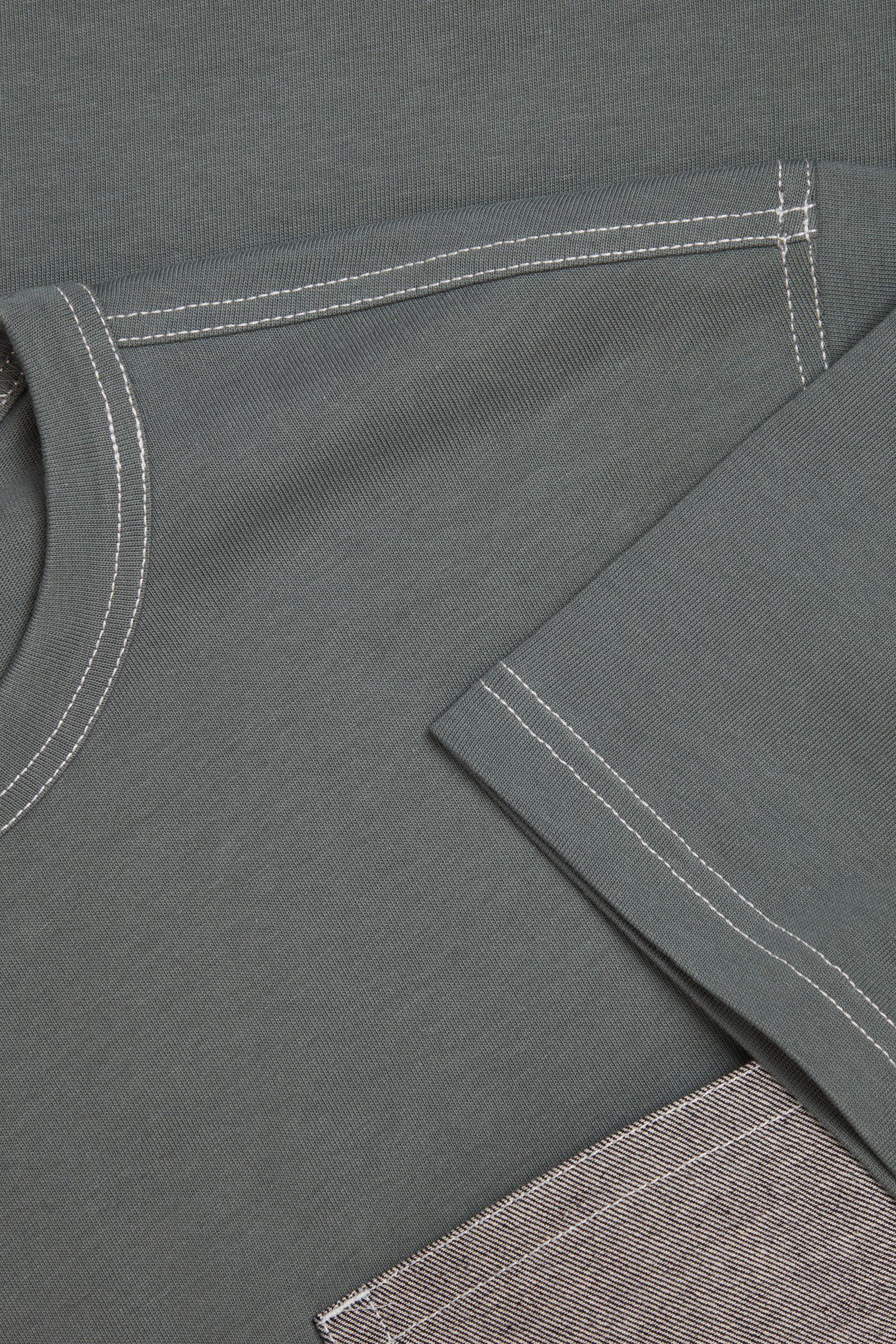 COS 데님 포켓 오가닉 코튼 티셔츠의 그린 / 그레이컬러 Detail입니다.