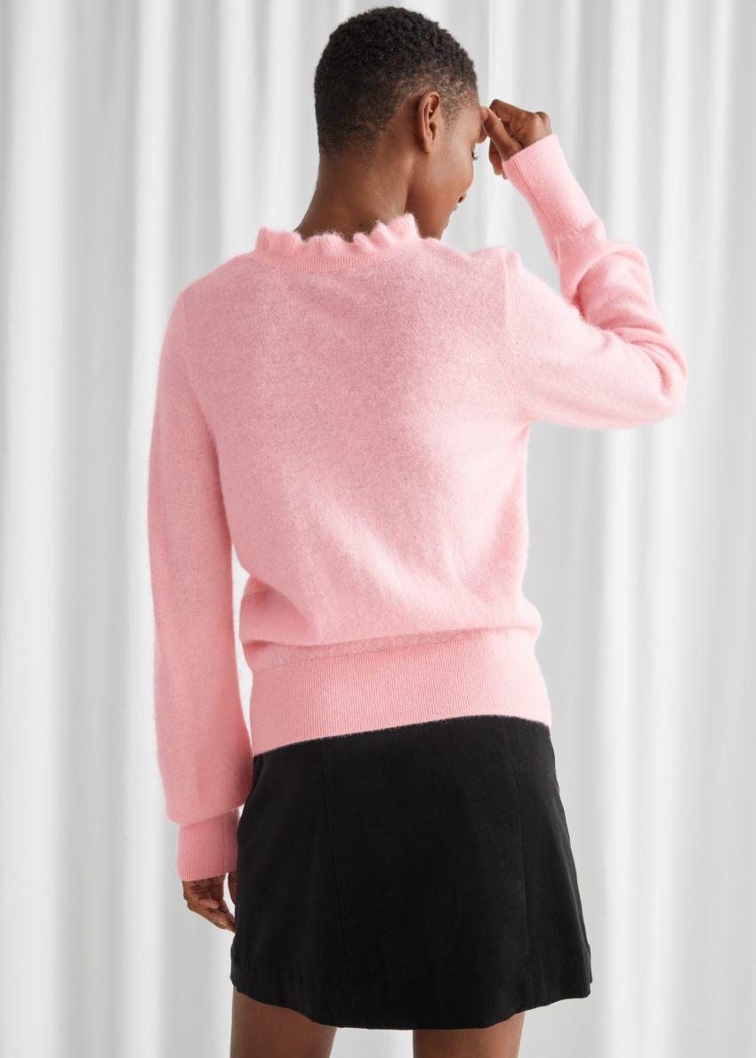 앤아더스토리즈 러플 카라 울 니트 스웨터의 핑크컬러 ECOMLook입니다.