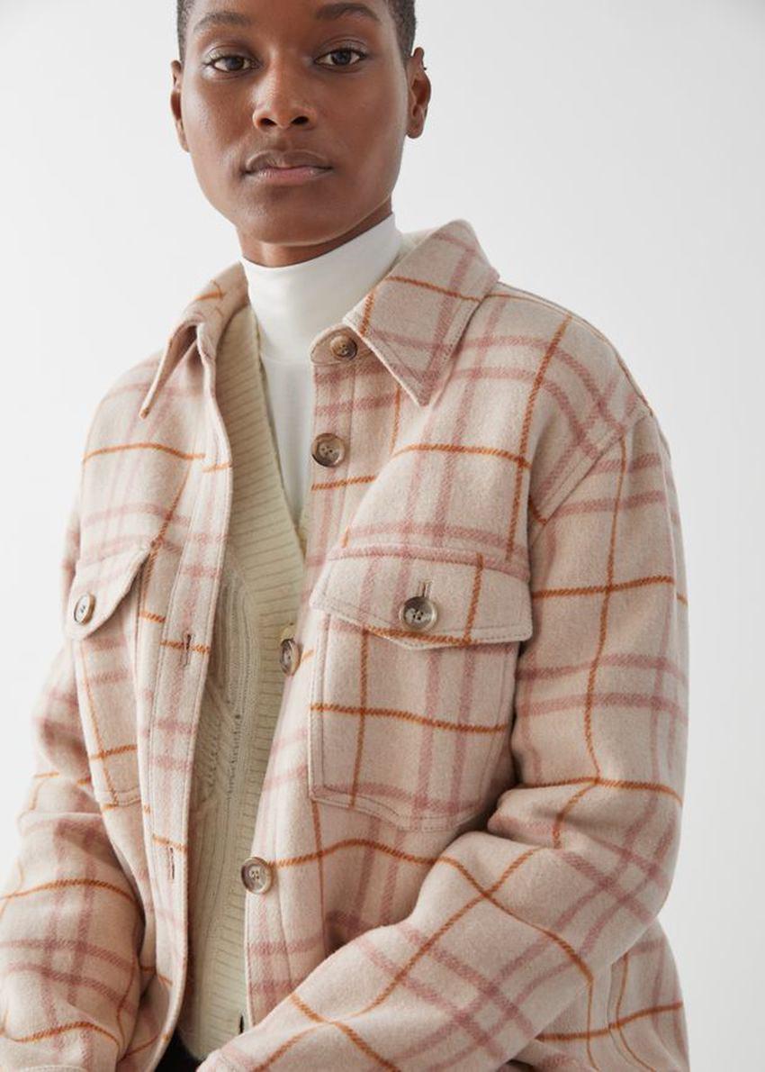 앤아더스토리즈 오버사이즈 셔츠 재킷의 베이지 체크컬러 ECOMLook입니다.