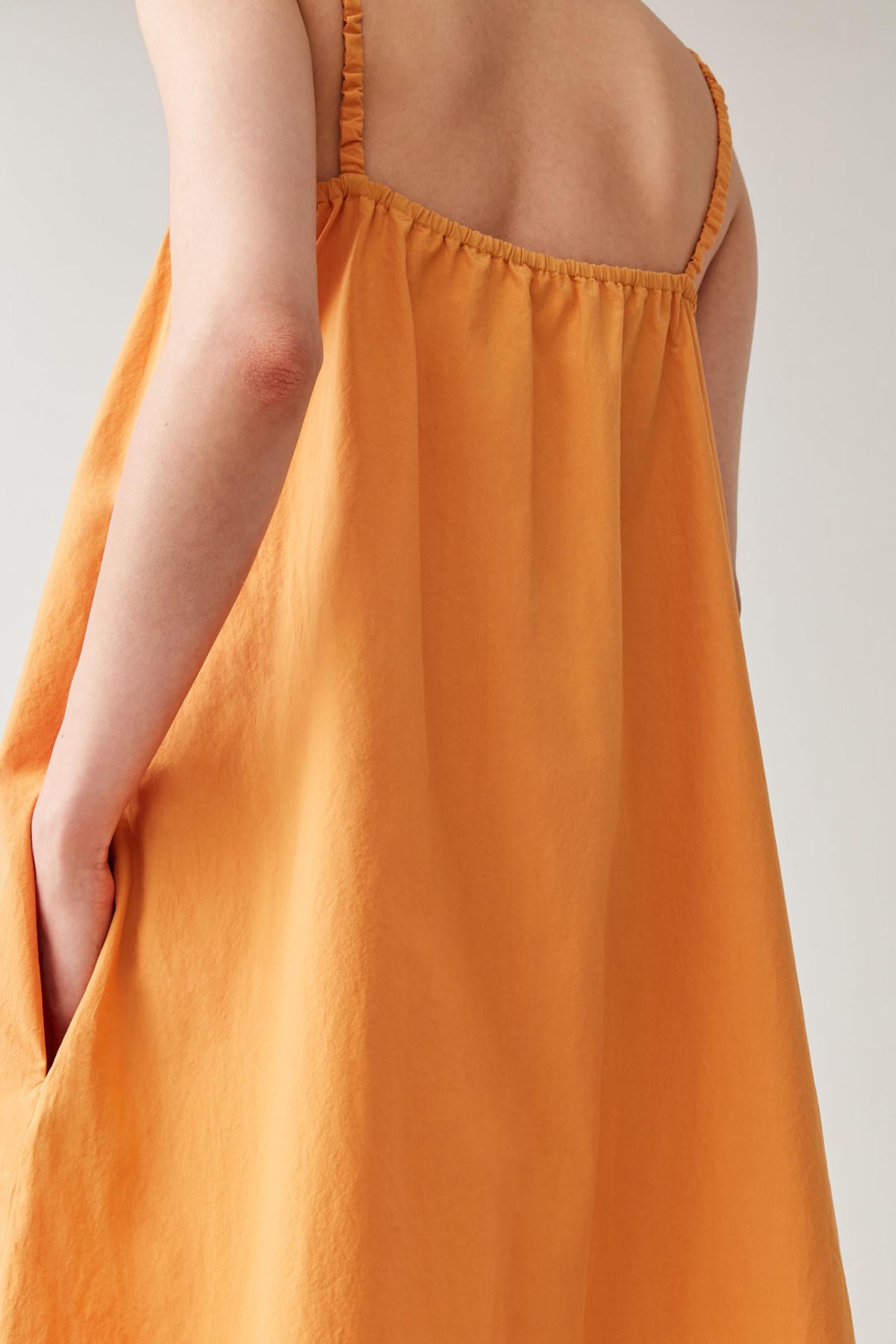 COS 개더드 디테일 코튼 드레스의 오렌지컬러 ECOMLook입니다.