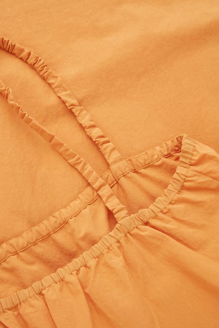 COS 개더드 디테일 코튼 드레스의 오렌지컬러 Detail입니다.