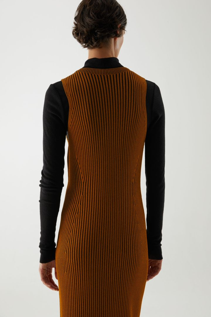 COS V넥 리브드 튜브 드레스의 라이트 브라운컬러 ECOMLook입니다.