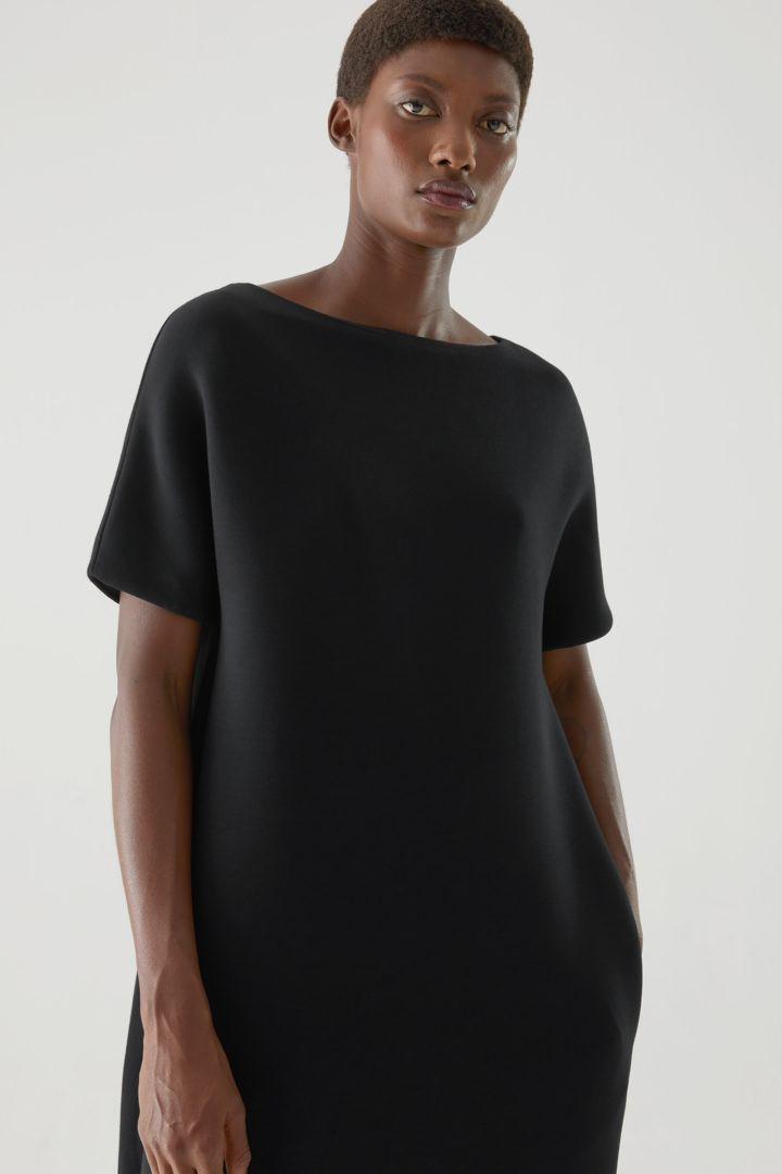 COS default image 9 of 블랙 in 박시 보트 넥 스쿠버 드레스
