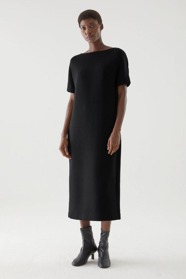 COS 박시 보트 넥 스쿠버 드레스의 블랙컬러 ECOMLook입니다.