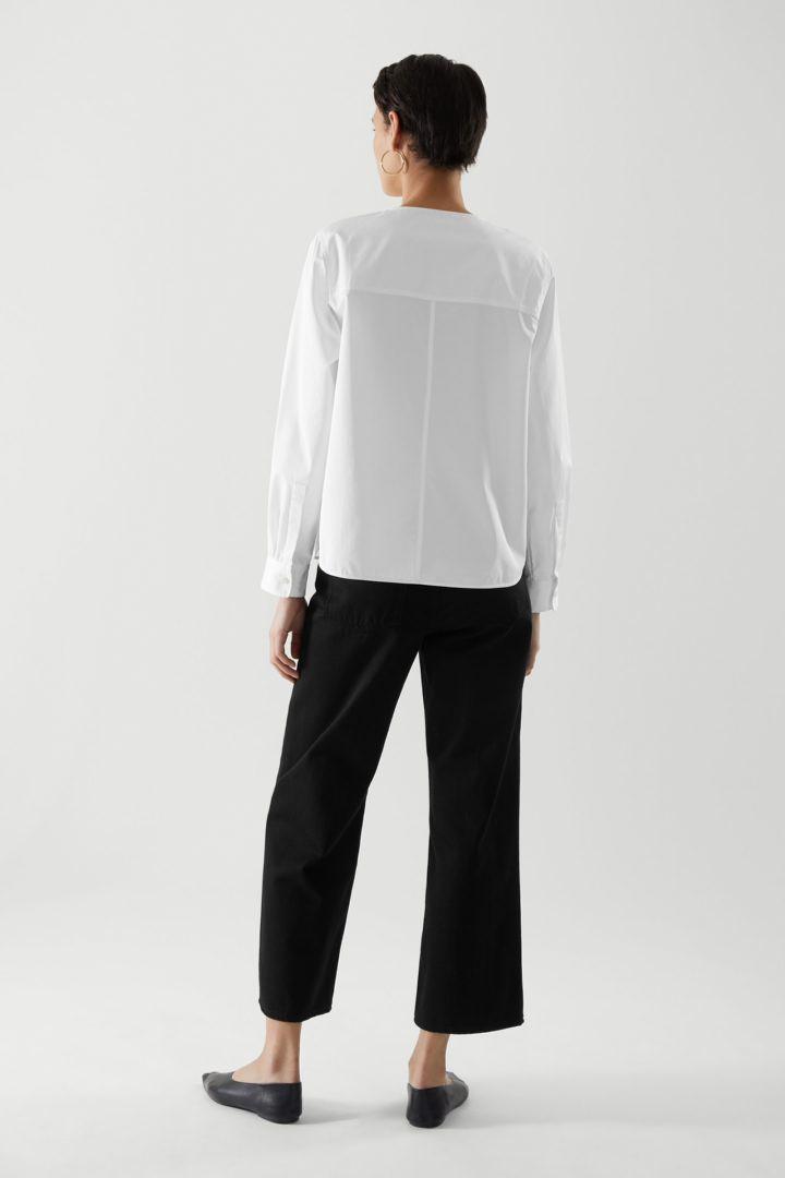 COS 오가닉 코튼 그랜대드 칼라 패치 포켓 셔츠의 화이트컬러 ECOMLook입니다.