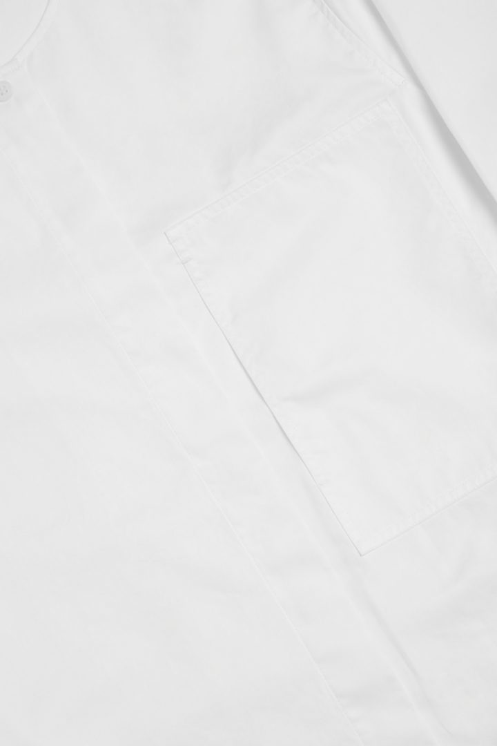 COS 오가닉 코튼 그랜대드 칼라 패치 포켓 셔츠의 화이트컬러 Detail입니다.