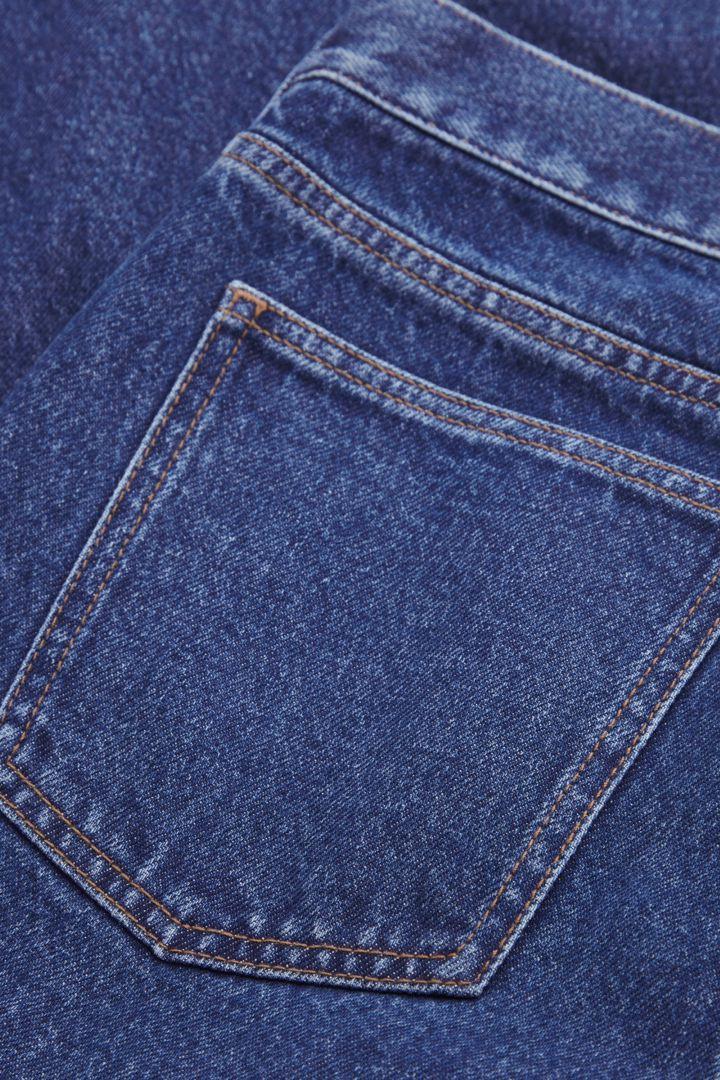 COS 릴랙스드 배럴 레그 진의 미드 블루컬러 Detail입니다.