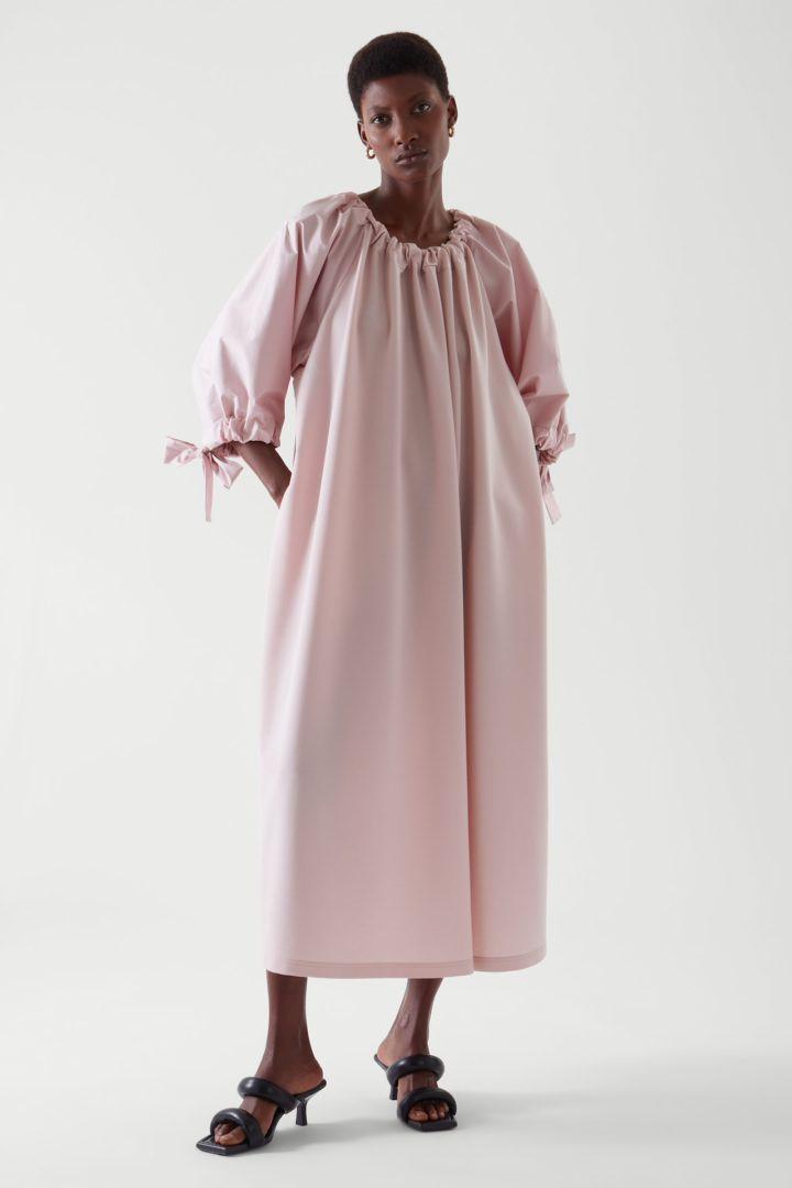 COS default image 5 of 핑크 in 개더드 드레스