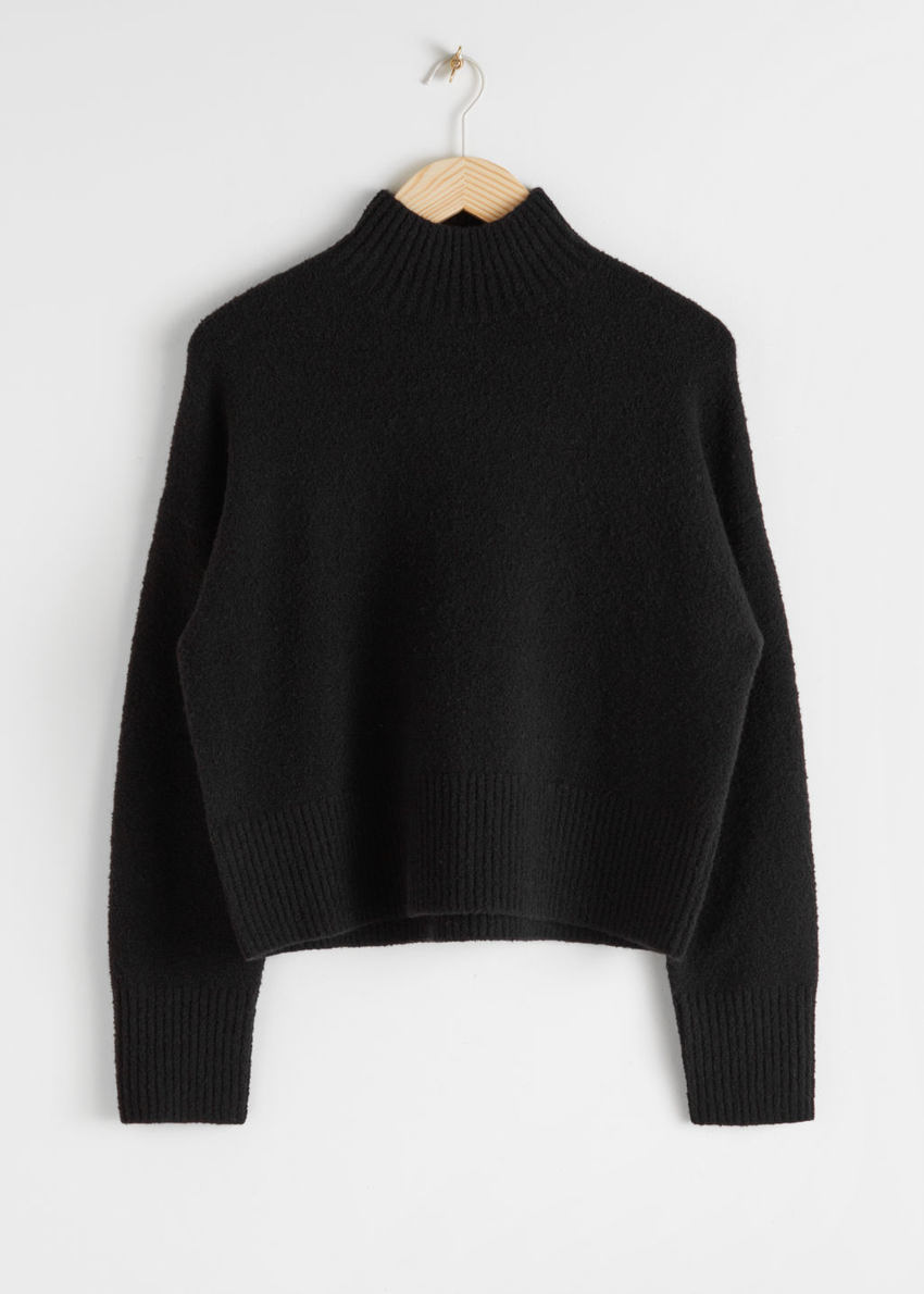 앤아더스토리즈 크롭 스웨터의 블랙컬러 Product입니다.