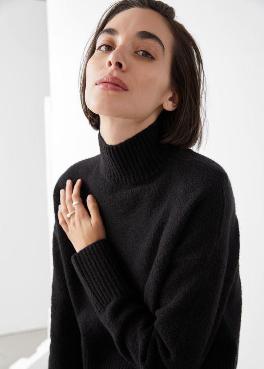 앤아더스토리즈 크롭 모크 넥 스웨터의 블랙컬러 ECOMLook입니다.
