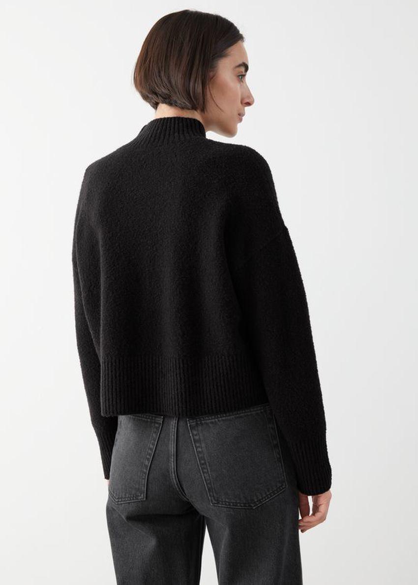 앤아더스토리즈 크롭 스웨터의 블랙컬러 ECOMLook입니다.