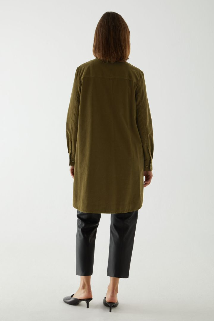 COS A라인 코튼 코듀로이 셔츠 드레스의 카키 그린컬러 ECOMLook입니다.
