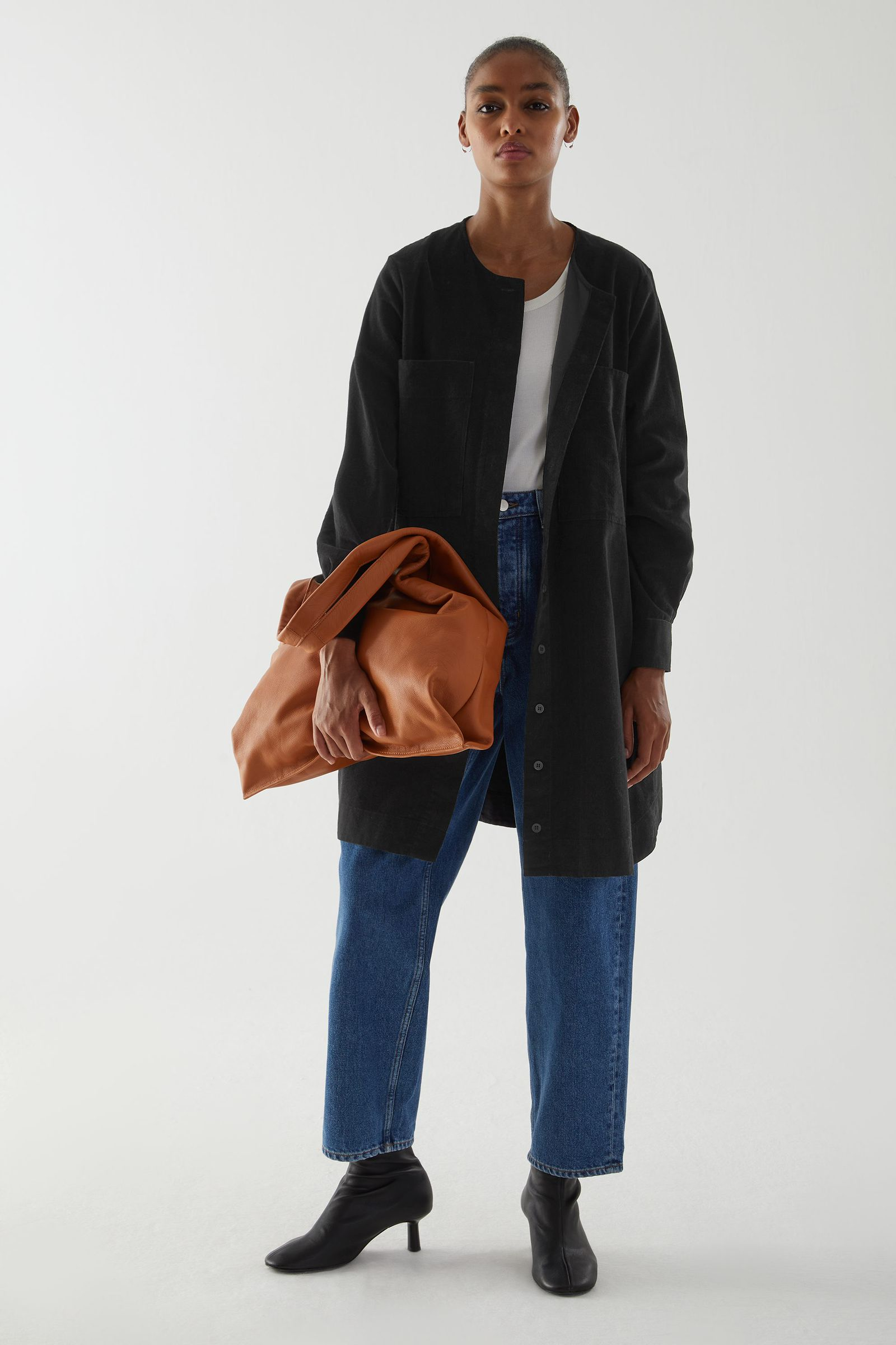COS A라인 코튼 코듀로이 셔츠 드레스의 블랙컬러 ECOMLook입니다.