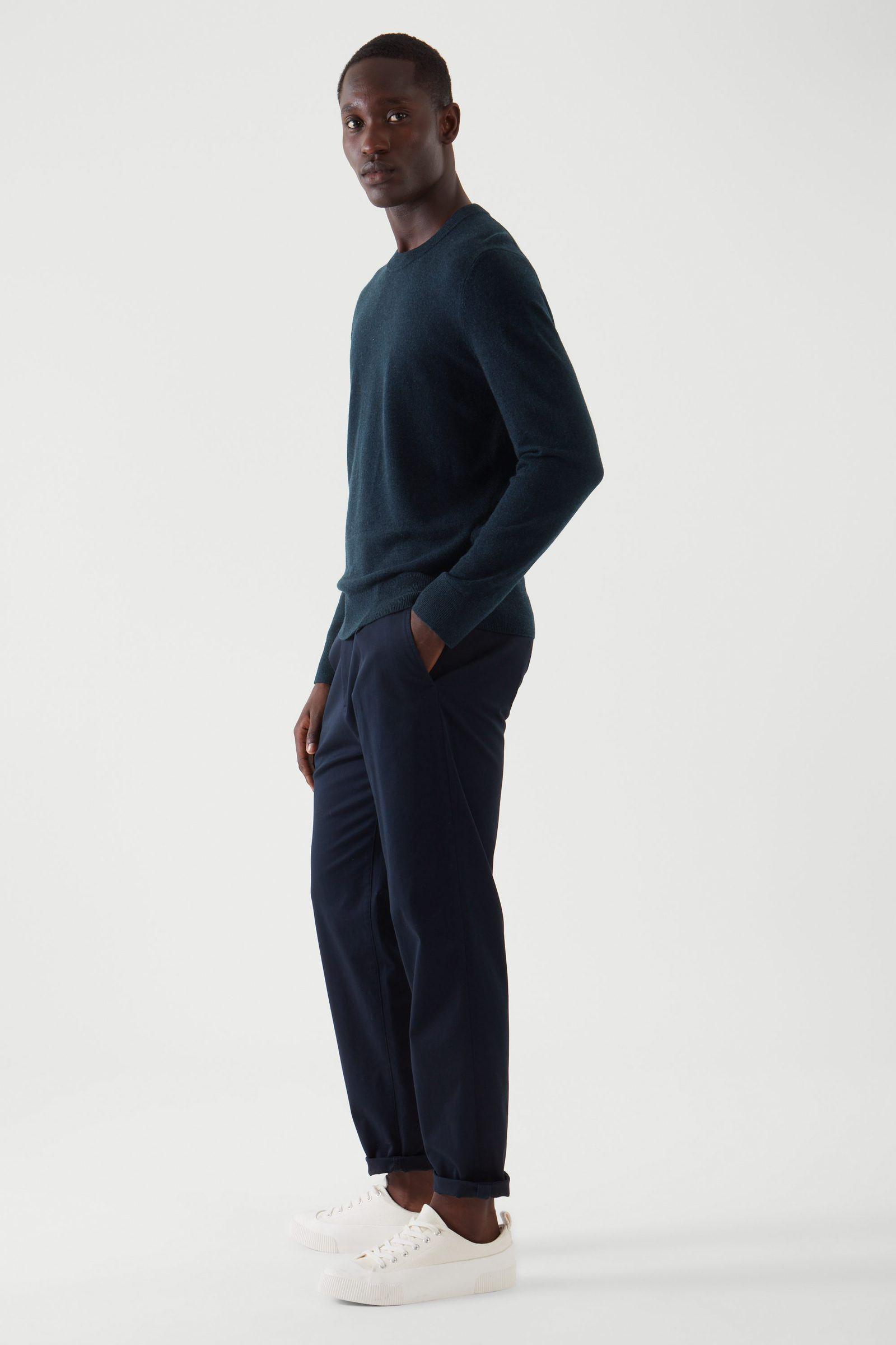 COS 메리노 야크 크루넥 스웨터의 네이비컬러 ECOMLook입니다.