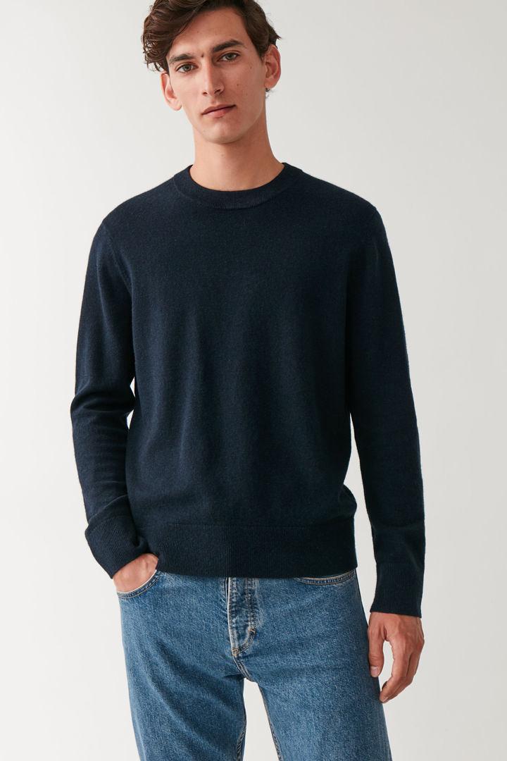 COS default image 8 of 블루 in 메리노 야크 크루넥 스웨터