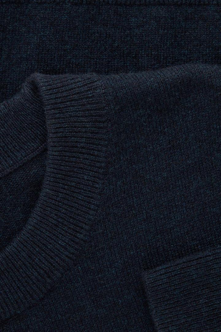 COS 메리노 야크 크루넥 스웨터의 네이비컬러 Detail입니다.