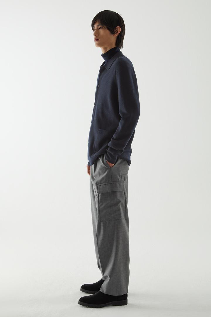 COS 메리노 롤넥 스웨터의 네이비컬러 ECOMLook입니다.