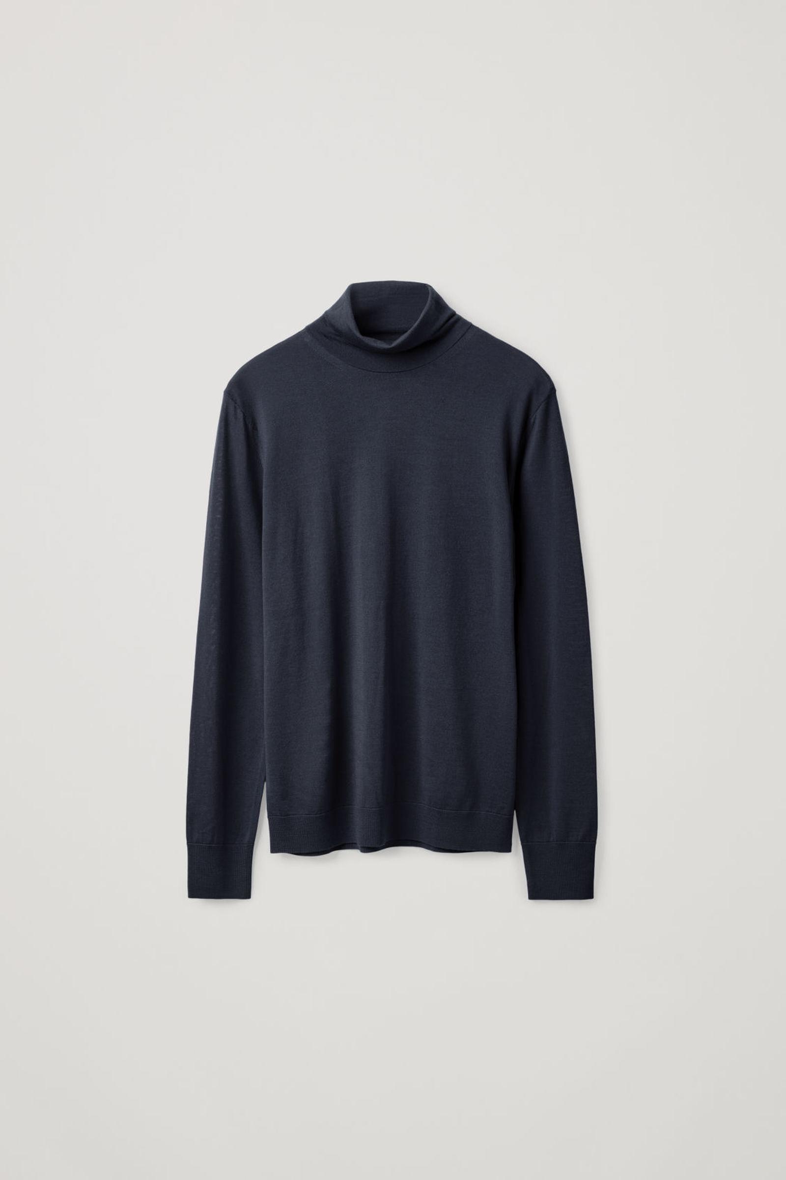 COS 메리노 롤넥 스웨터의 네이비컬러 Product입니다.
