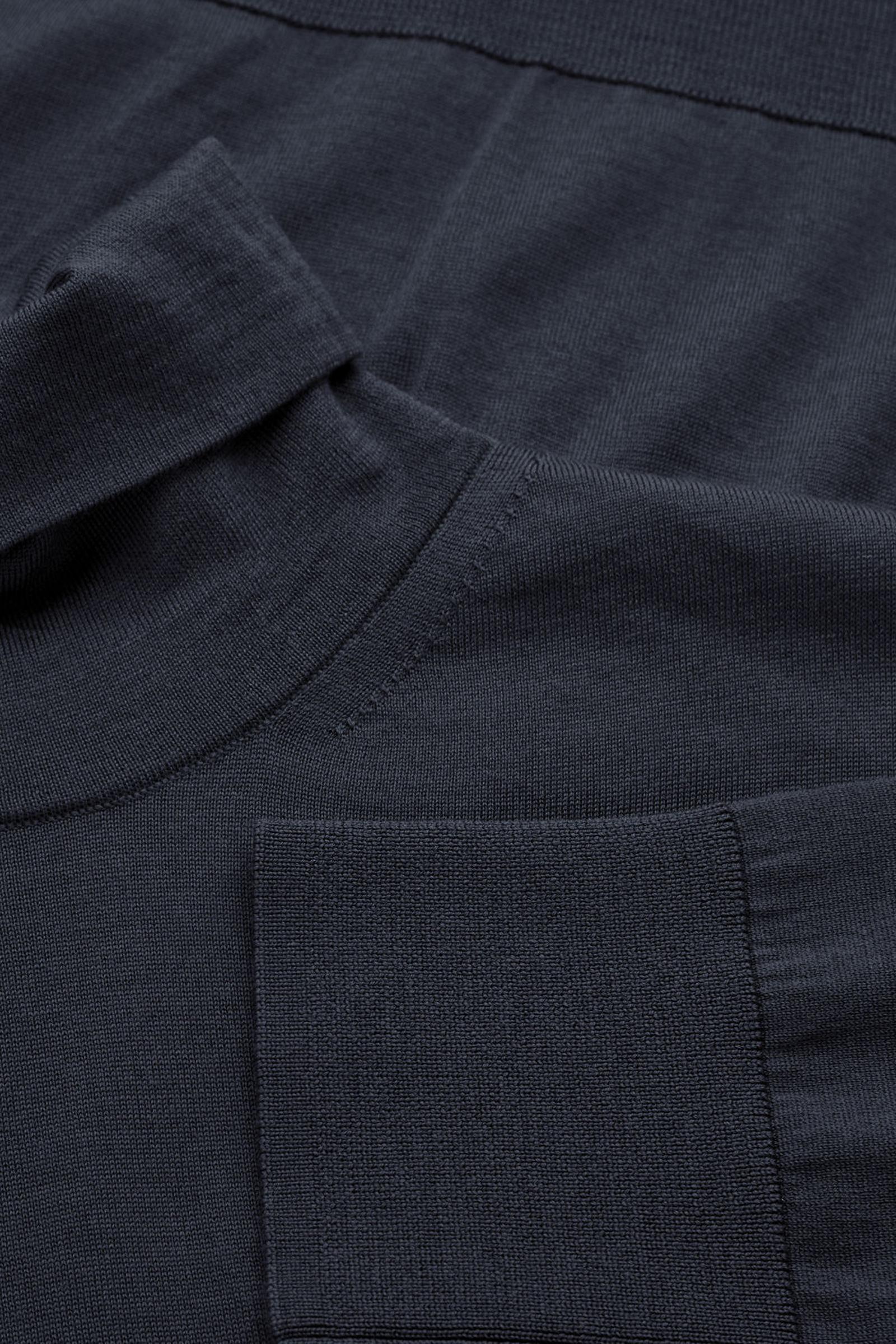 COS 메리노 롤넥 스웨터의 네이비컬러 Detail입니다.