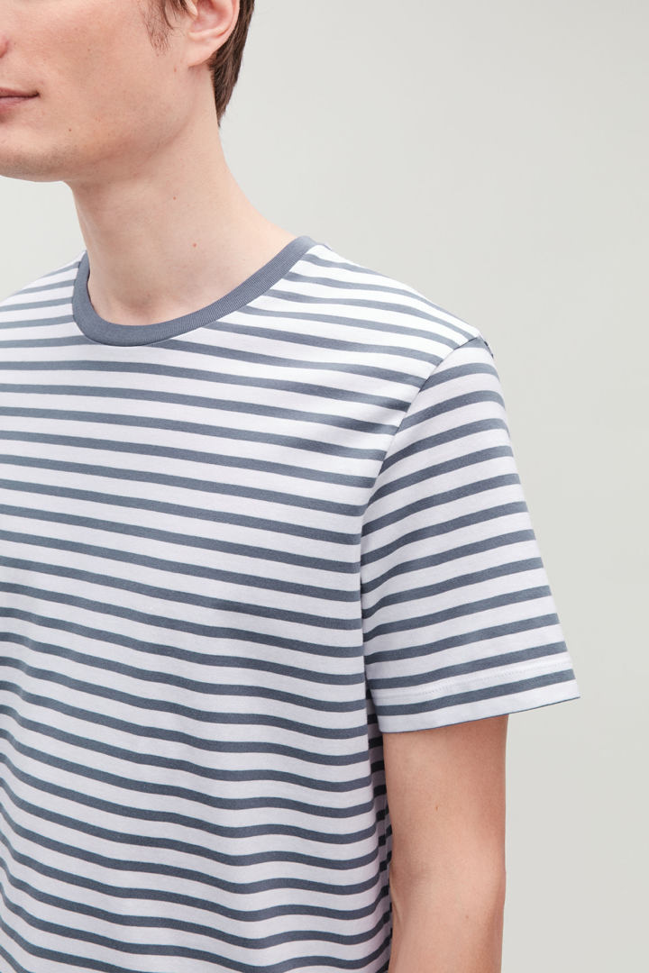 COS 브레톤 스트라이프 저지 티셔츠의 화이트 / 스톤워시 블루컬러 모델컷입니다.