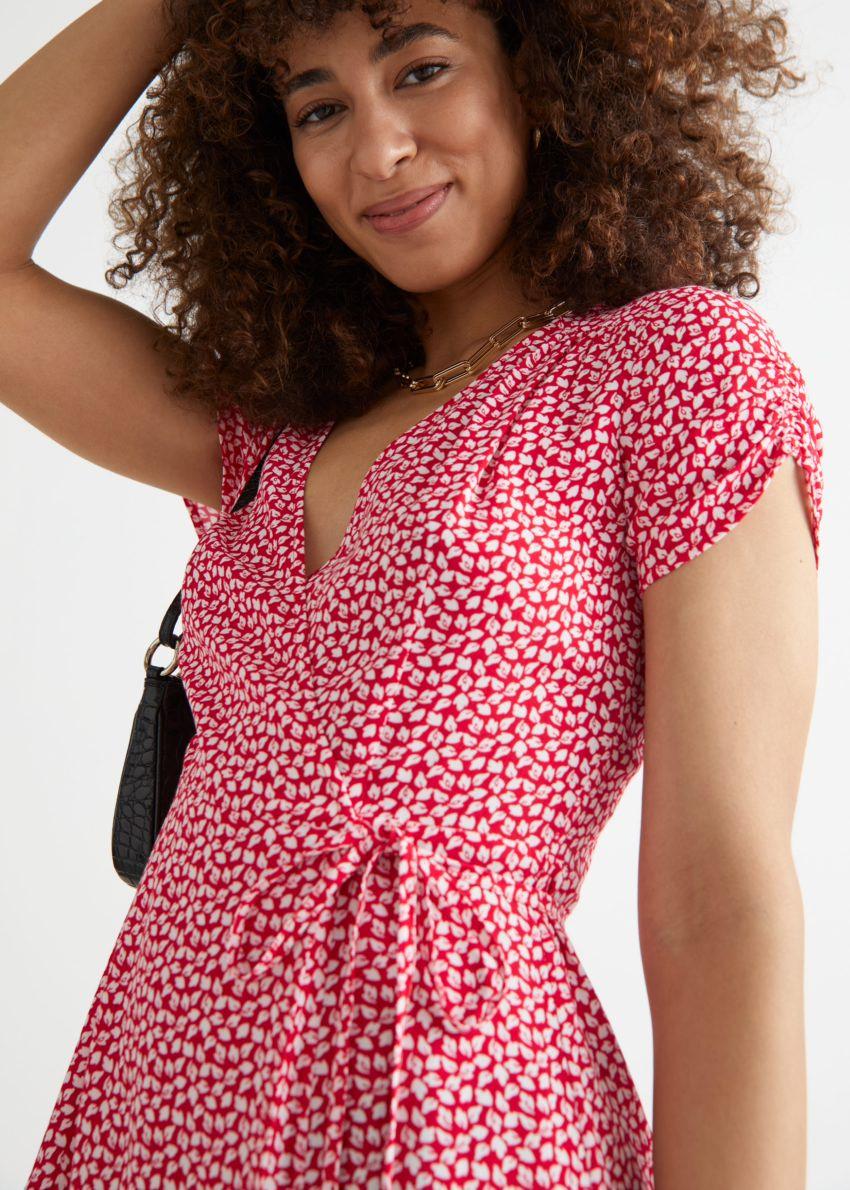 앤아더스토리즈 쇼트 슬리브 미니 랩 드레스의 레드컬러 ECOMLook입니다.