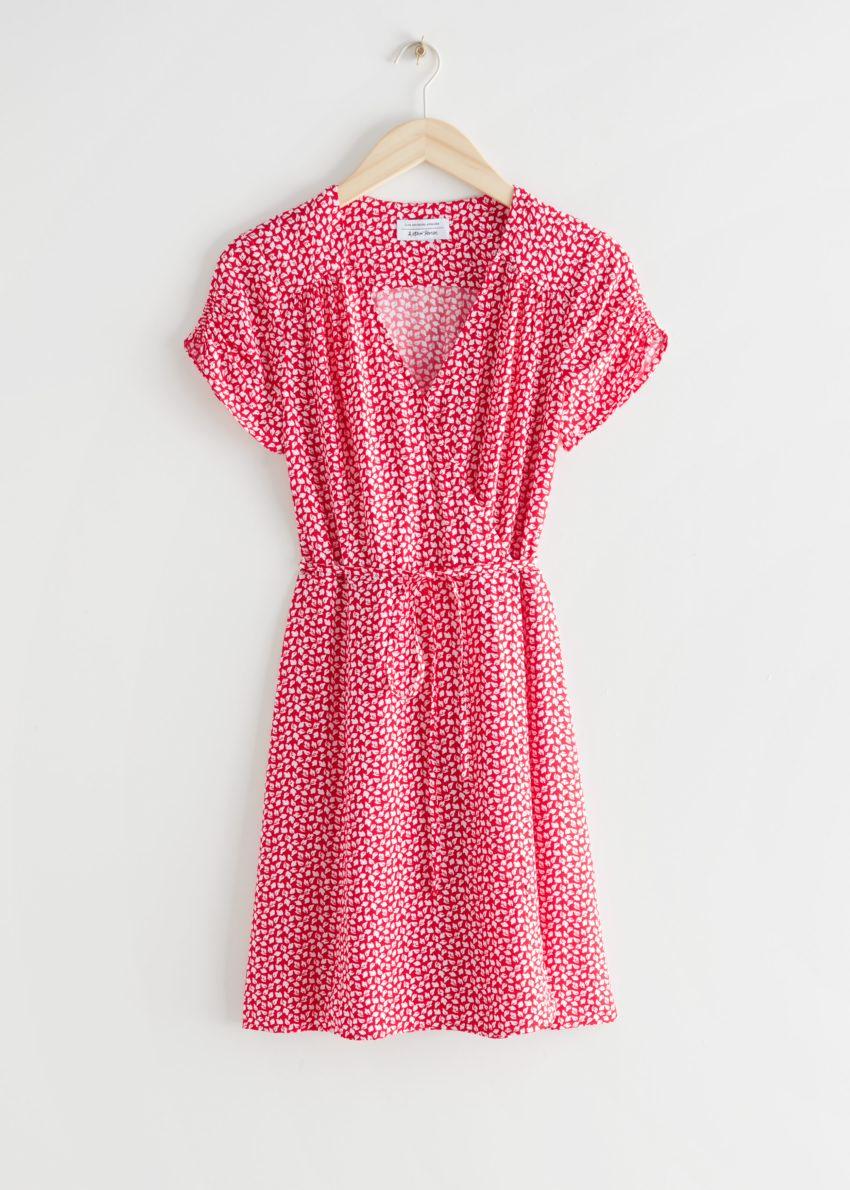 앤아더스토리즈 쇼트 슬리브 미니 랩 드레스의 레드컬러 Product입니다.