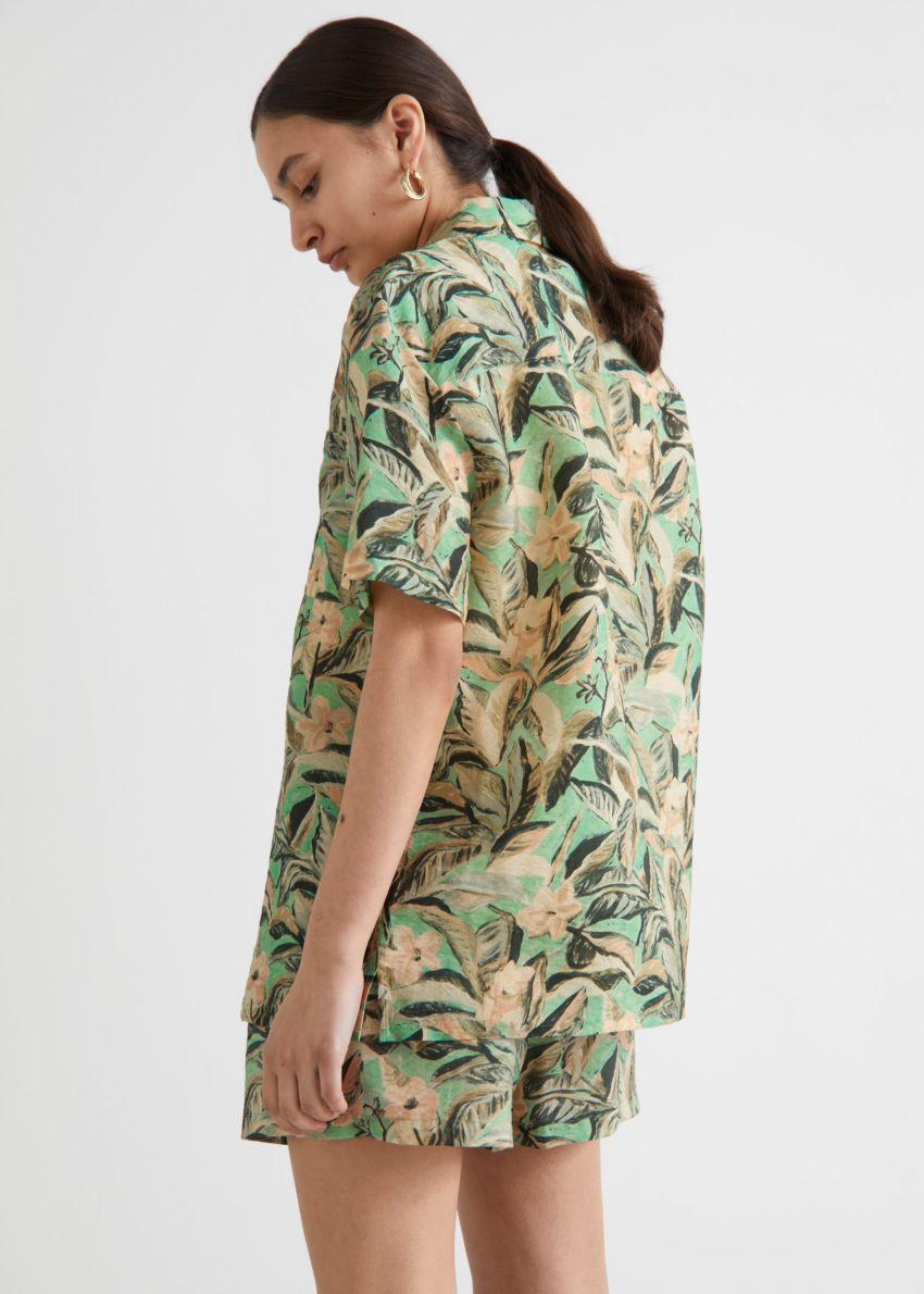 앤아더스토리즈 박시 플로럴 프린트 셔츠의 그린 플로럴컬러 ECOMLook입니다.