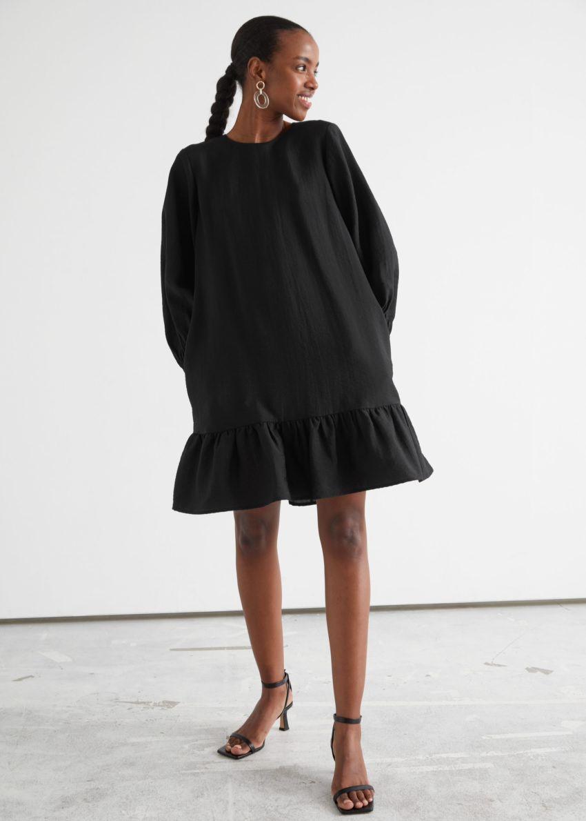 앤아더스토리즈 릴렉스드 A 라인 미니 드레스의 블랙컬러 ECOMLook입니다.