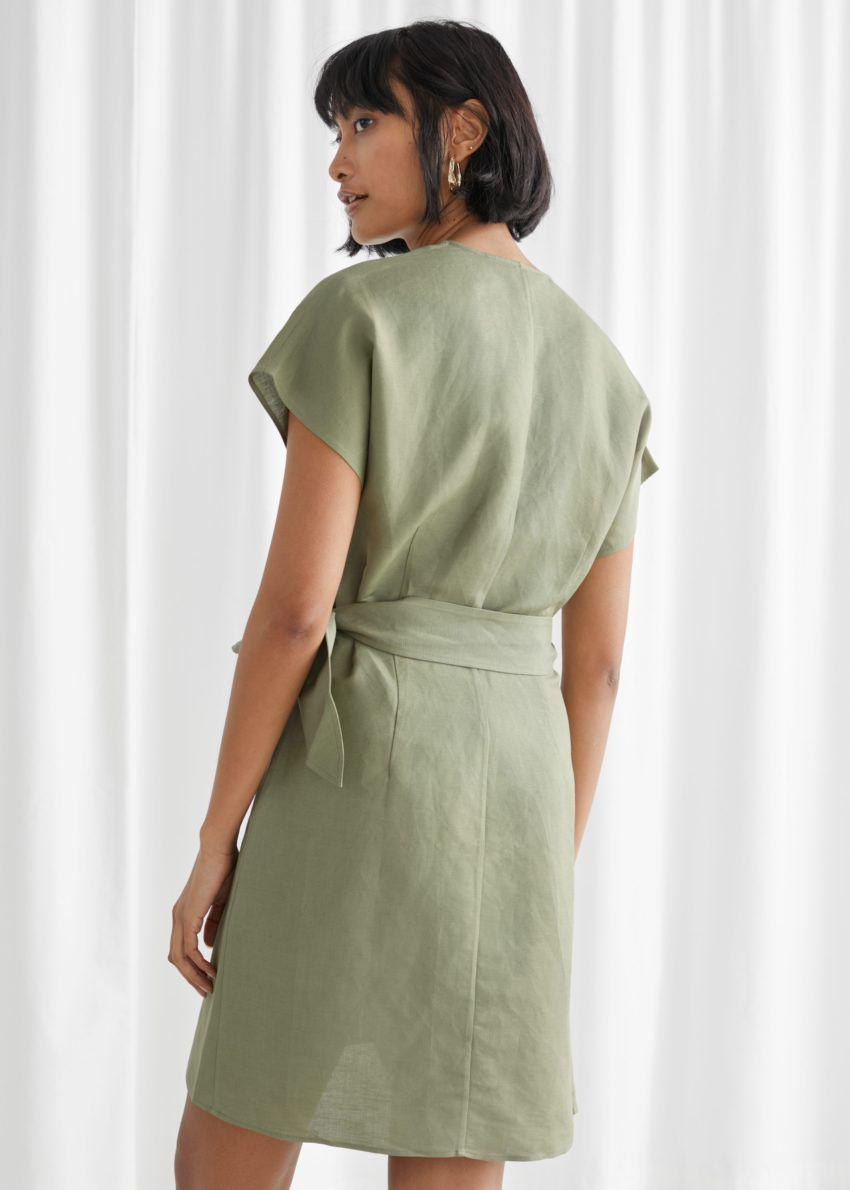 앤아더스토리즈 리넨 블렌드 랩 미니 드레스의 카키컬러 ECOMLook입니다.