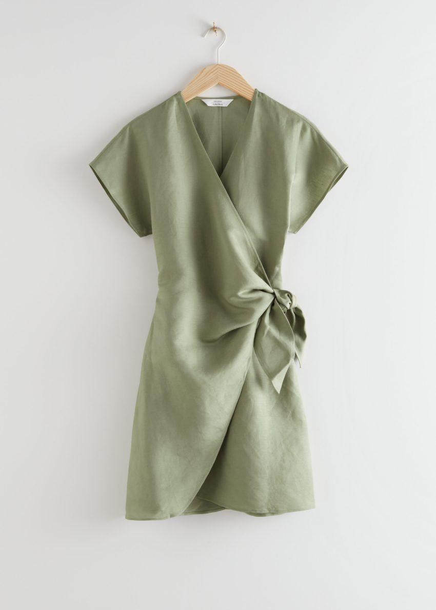 앤아더스토리즈 리넨 블렌드 랩 미니 드레스의 카키컬러 Product입니다.