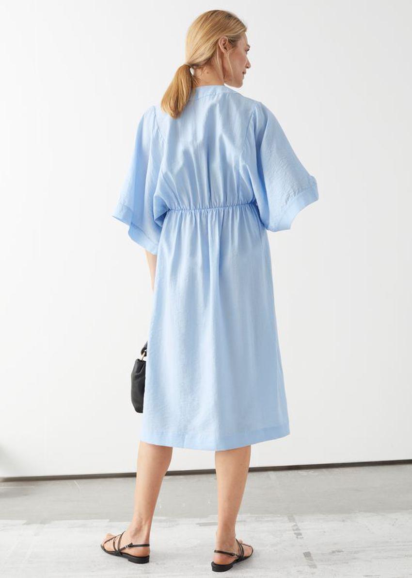 앤아더스토리즈 릴렉스드 미디 드레스의 블루컬러 ECOMLook입니다.