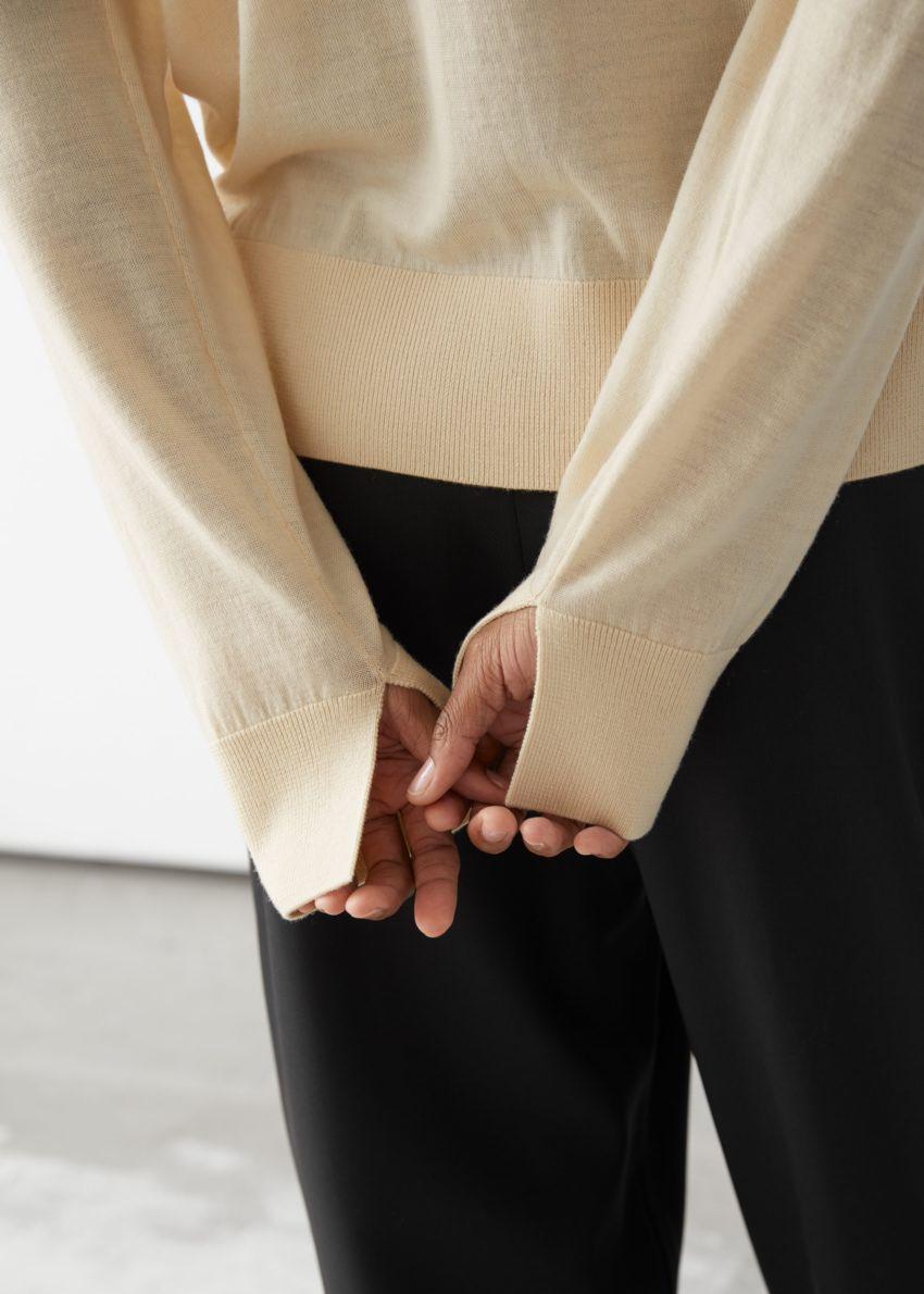 앤아더스토리즈 슬릿 커프 울 니트 스웨터의 라이트 옐로우컬러 ECOMLook입니다.