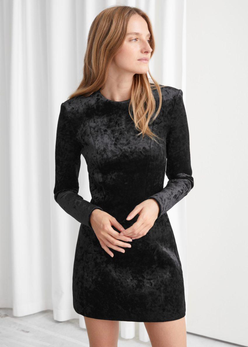앤아더스토리즈 피티드 패디드 숄더 벨루어 미니 드레스의 블랙컬러 ECOMLook입니다.