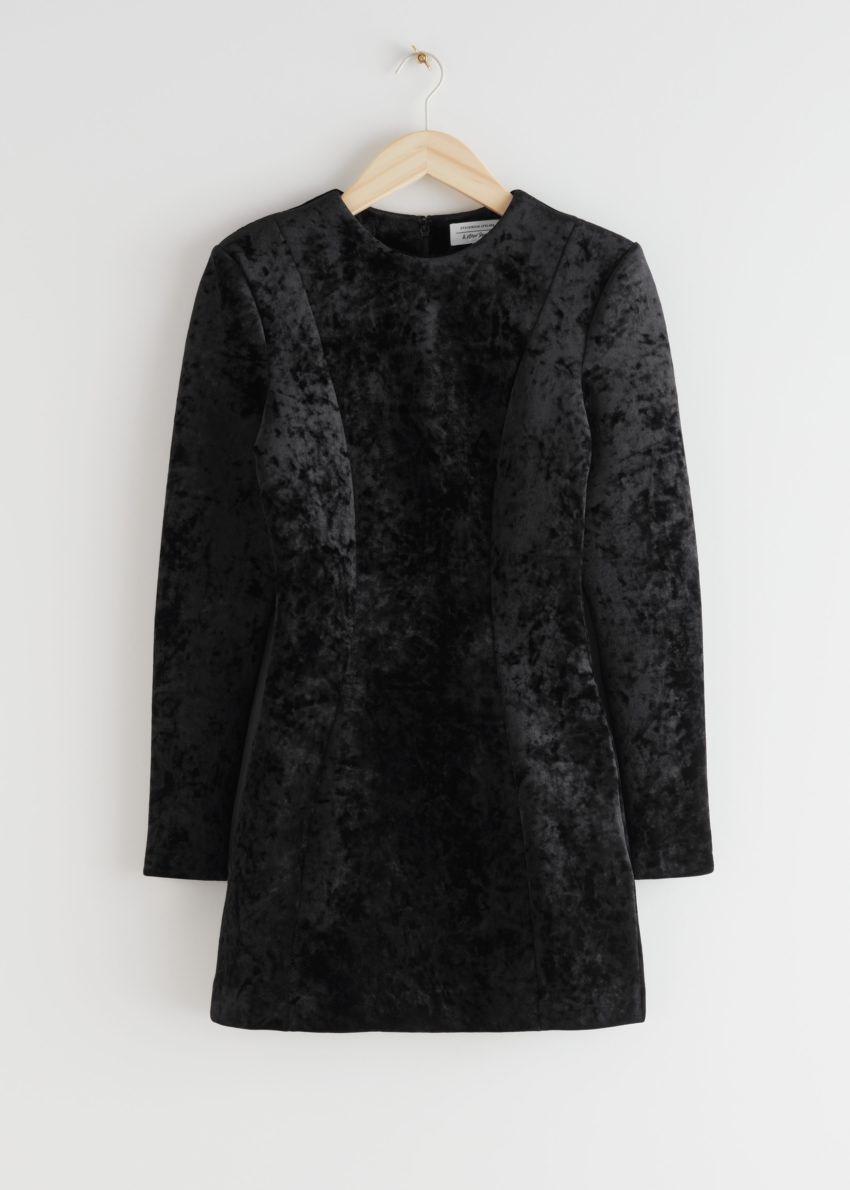 앤아더스토리즈 피티드 패디드 숄더 벨루어 미니 드레스의 블랙컬러 Product입니다.
