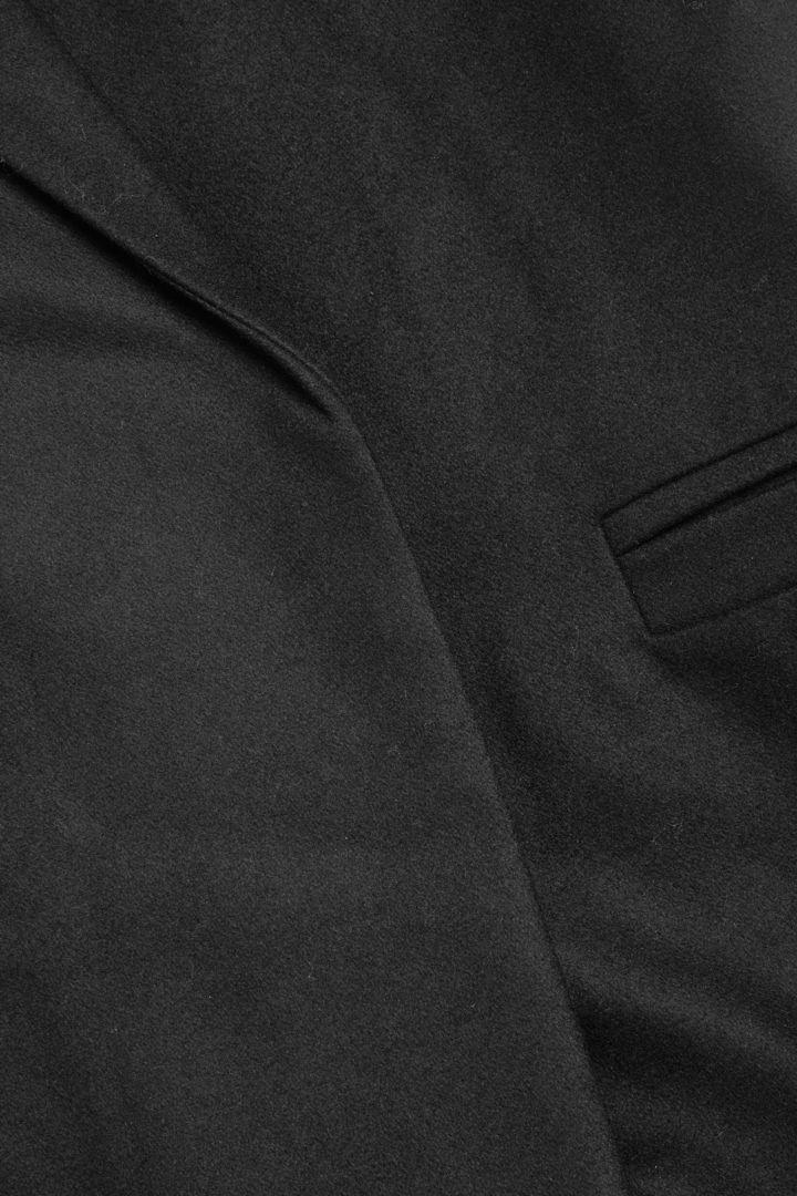 COS 울 믹스 오버사이즈드 라펠 롱 코트의 블랙컬러 Detail입니다.
