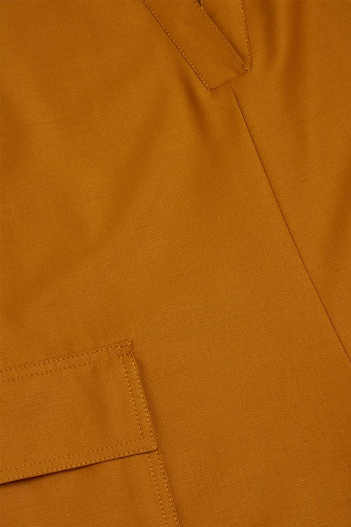 COS 울 믹스 로우 V넥 와이드 레그 점프수트의 머스타드컬러 Detail입니다.
