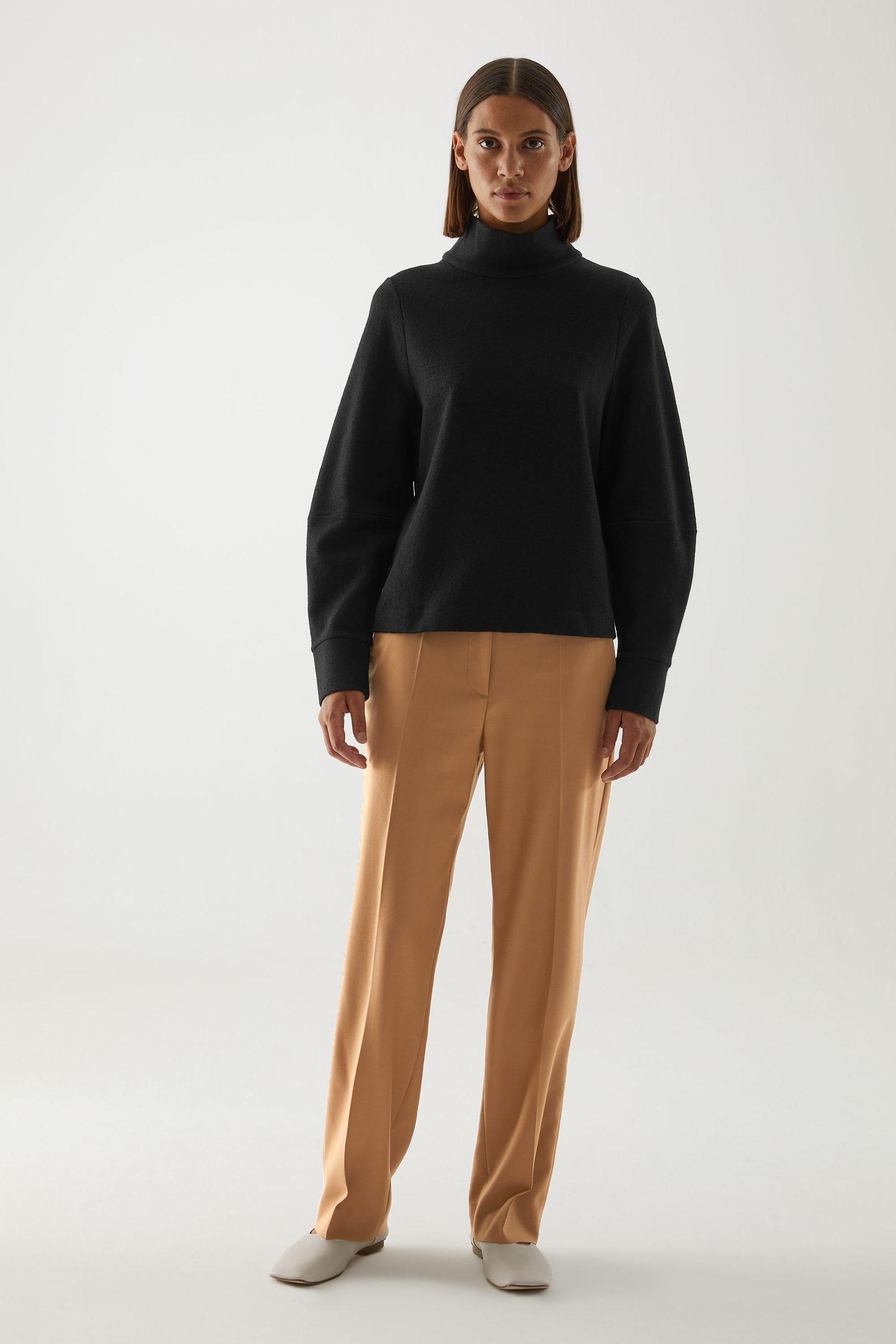 COS 메리노 울 오가닉 코튼 믹스 롤넥 스트럭처드 스웨터의 블랙컬러 ECOMLook입니다.
